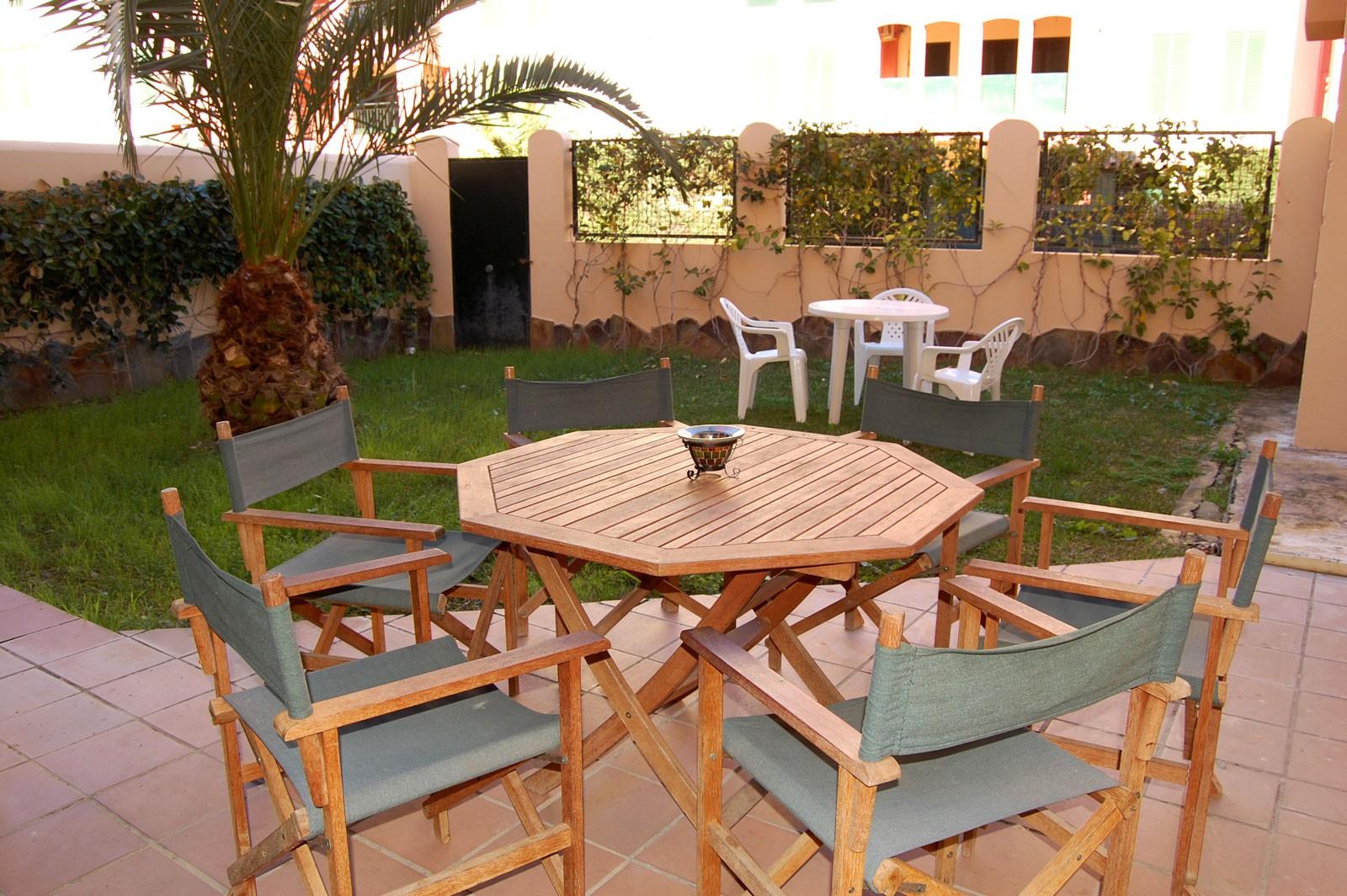 Fant stico apartamento en planta baja con jard n y dos for Apartamentos jardines de zahara