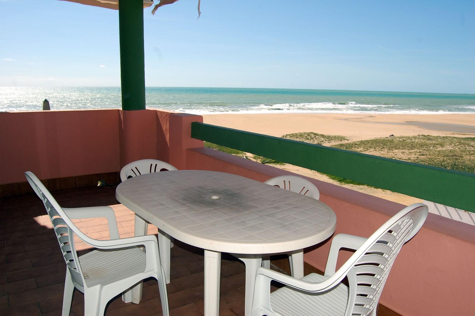Apartamento con vistas al mar de dos dormitorios y un ba o for Casas con piscina zahara delos atunes