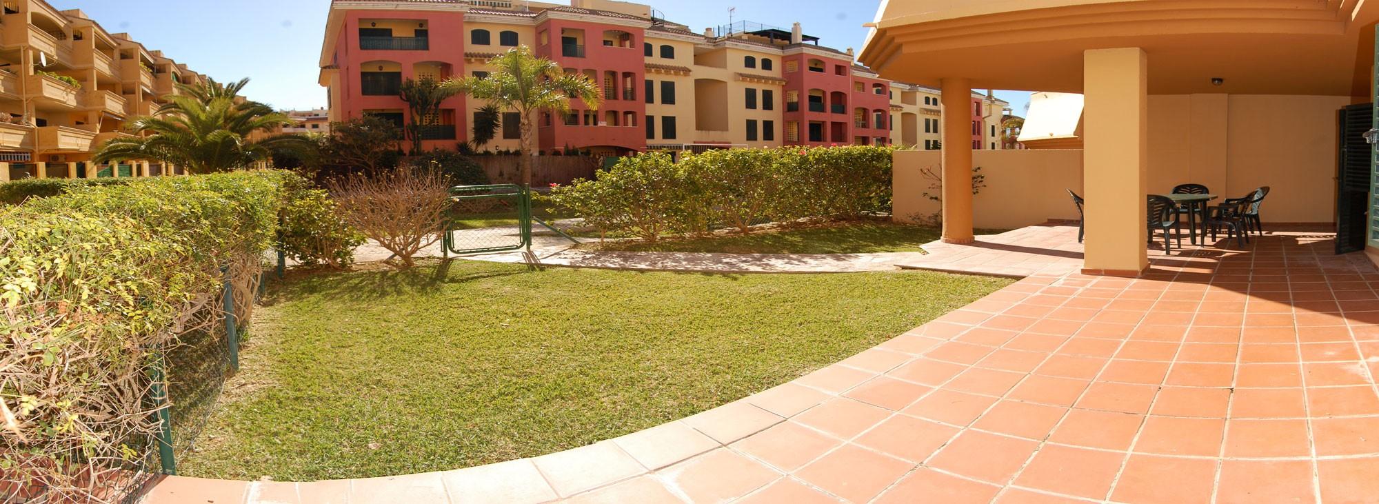 Apartamento de dos dormitrios con estupendo jard n privado for Apartamentos jardines de zahara
