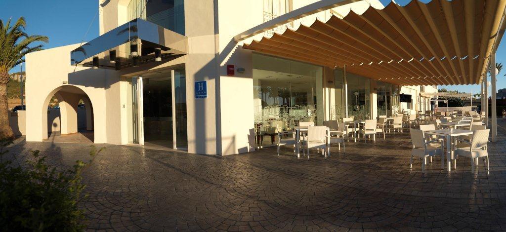 Zahara de los atunes for Fachadas hoteles minimalistas