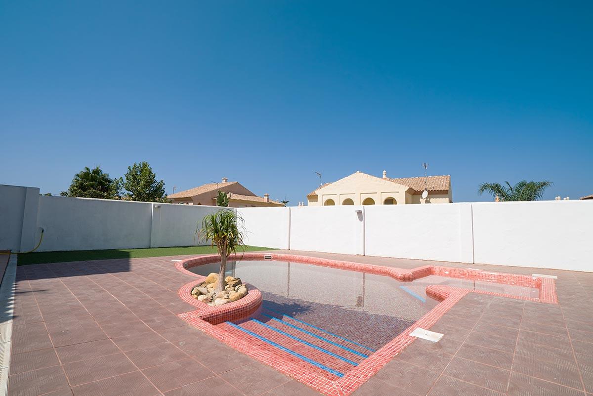 Se vende chalet adosado con piscina privada en zahara de for Piscina jardin 727
