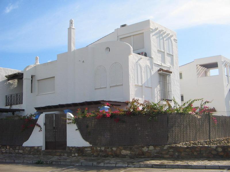 Chalet frontal al mar con piscina privada en bah a de la plata for Casas con piscina zahara delos atunes