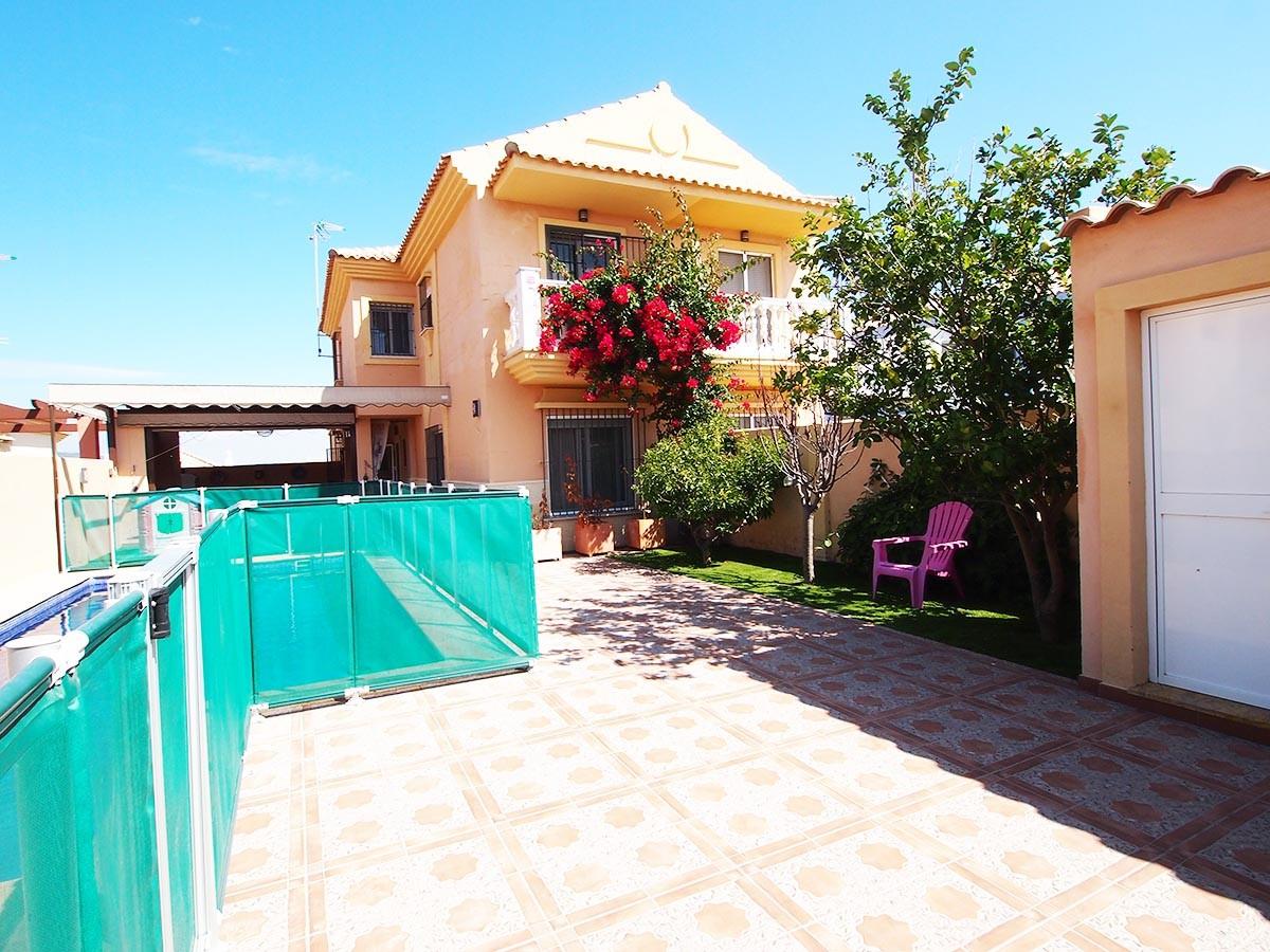 Se vende casa pareada con piscina de tres dormitorios en for Casas con piscina zahara delos atunes
