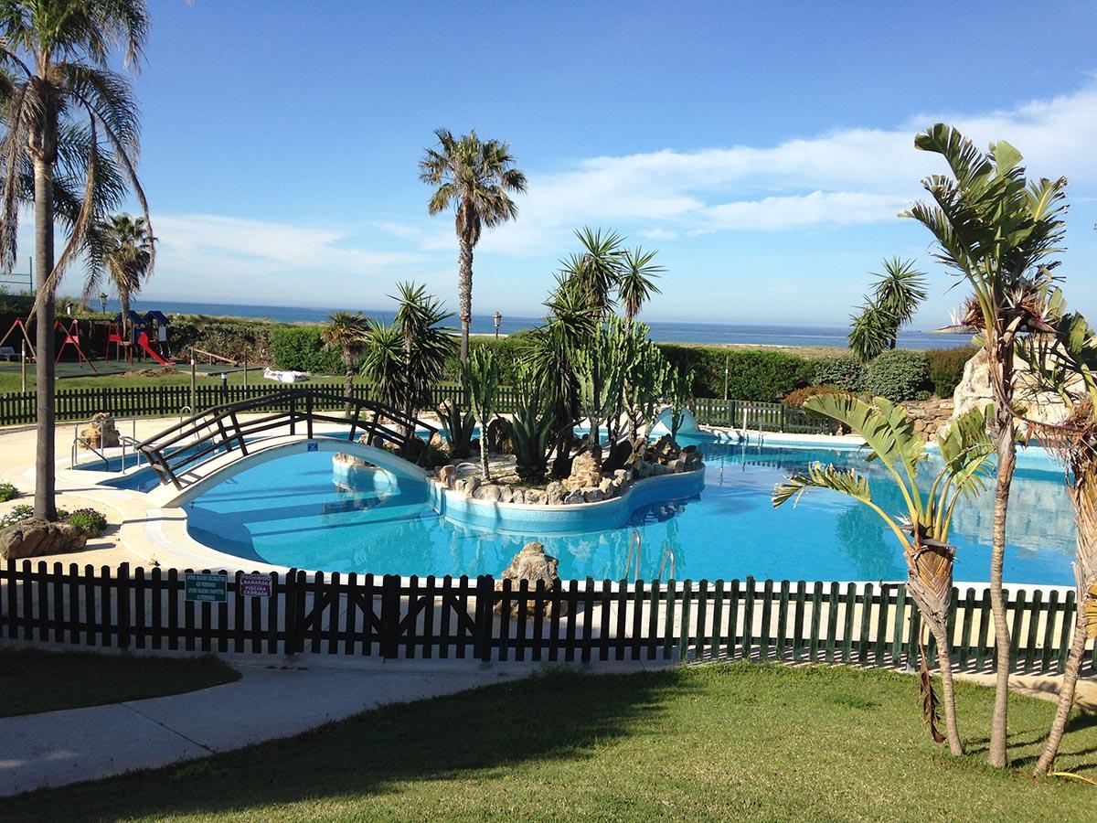 Se vende apartamento en la urbanizaci n atlanterra playa for Piscinas naturales zahara delos atunes
