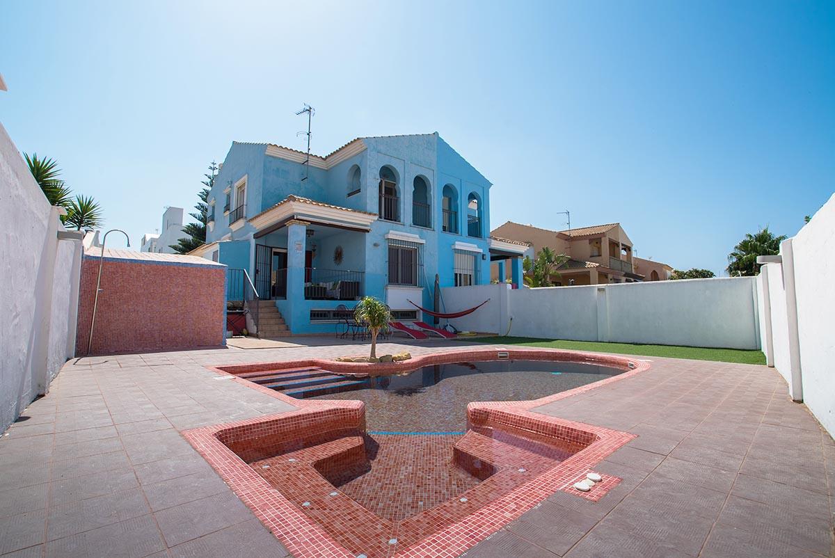 En venta chalet adosado con piscina privada en zahara de for Casas con piscina zahara delos atunes