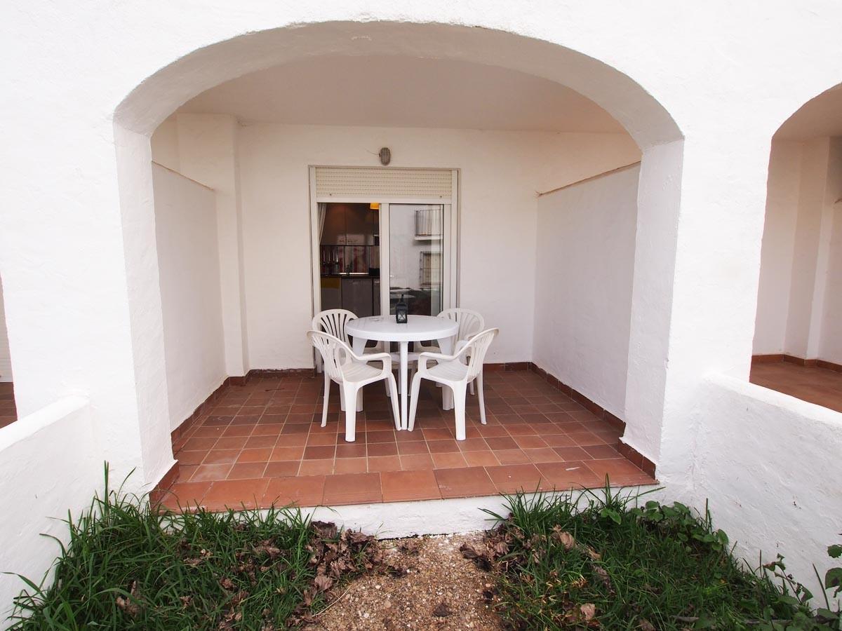 Se vende apartamento bajo con jardin de un dormitorio en for Apartamentos jardines de zahara
