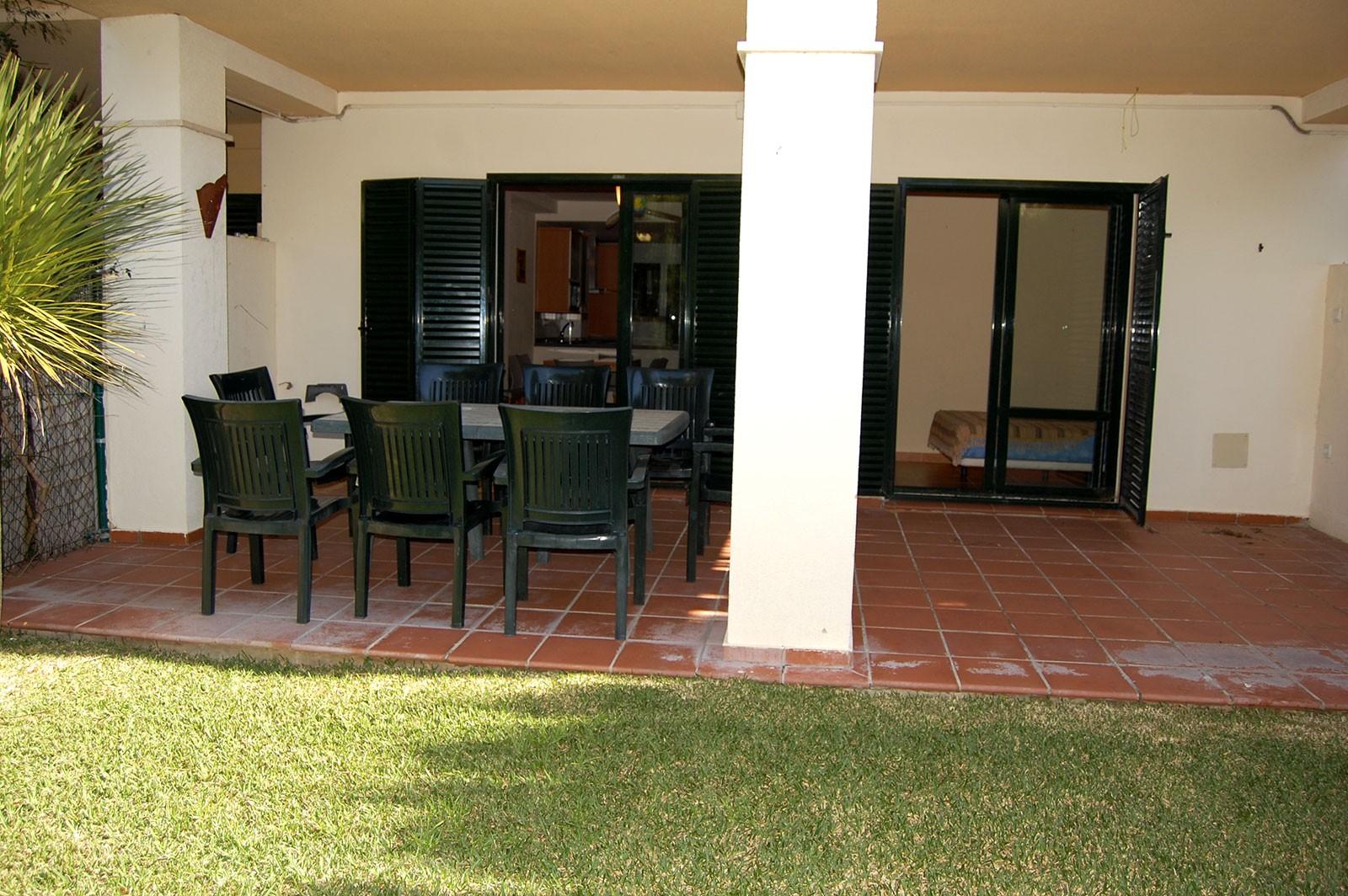 Espectacular vivienda con jard n privado en urbanizaci n for Viviendas jardin