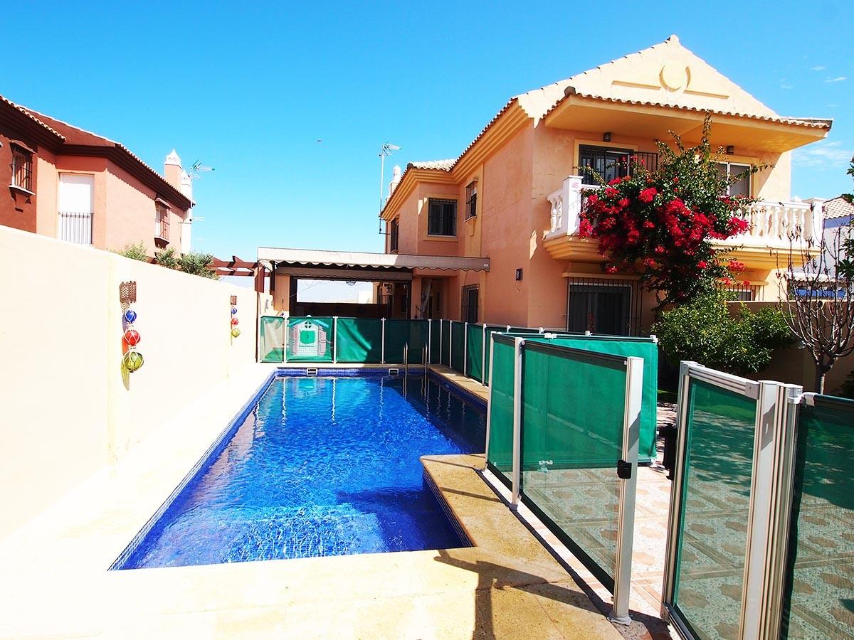 En venta casa pareada con piscina de agua salada en el for Casas con piscina zahara delos atunes