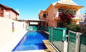 Se vende casa pareada con piscina de tres dormitorios en el pueblo de Zahara de los Atunes. Zahara de los Atunes