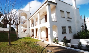 Se vende apartamento bajo con jardin de un dormitorio en Atlanterra Pueblo a pocos minutos de Zahara de los Atune.s Zahara de los Atunes